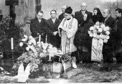 mmmdelegacja parafii Gogolin nad grobem ks. K. Lange w dniu 21 lutego 1970 r..jpeg